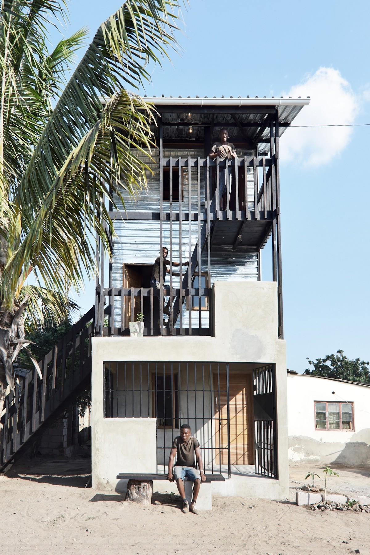 Low cost house in mozambique features corrugated iron and for Arredamenti low cost