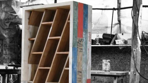The 25s32e bookshelf by Piratas do Pau.