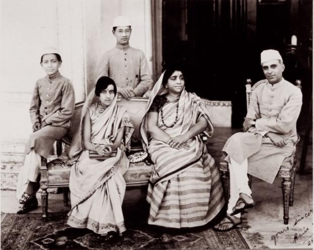 Sarojini Naidu (second from right).