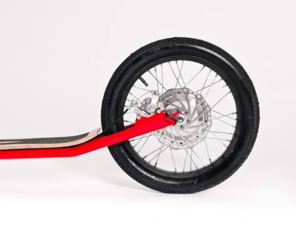 The variable wattage motor can power the scooter for up to 25 kilometres.