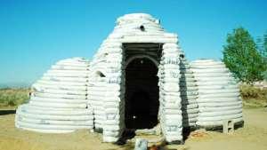 Dome house with sandbags. Photo via designboom.