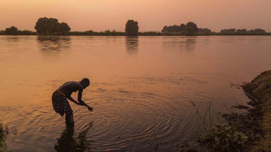 A Mundari tribeswoman washes herself in the Nile at sunset. Image:© Tariq Zaidi / ZUMA Press
