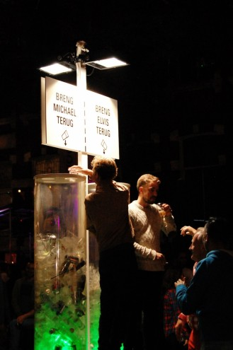 Fesitval-goers vote with their waste on a Wecup installation.