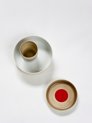 Deep plate with cup and light-brown plate with red dot from the Colour Porcelain collection. Image: Inga Powilleit.